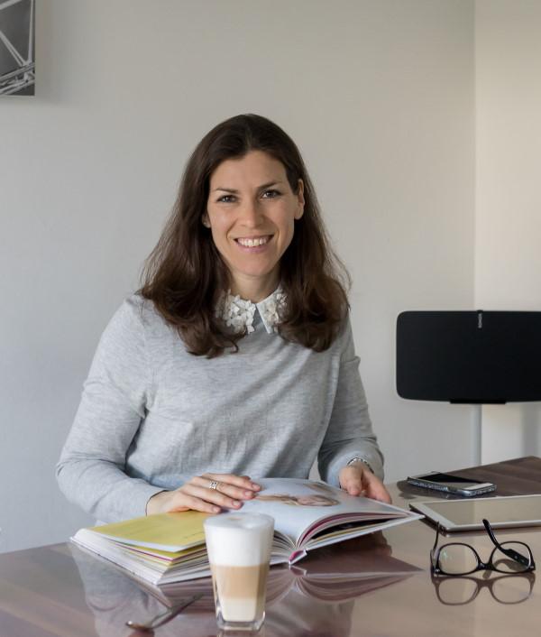 Personal Branding - Nicole Wehn am Schreibtisch